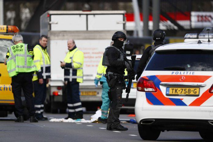 Miembros de los servicios de emergencia acuden a la plaza 24 de Octubre de Utrecht donde un hombre provocó un tiroteo en un tranvía.