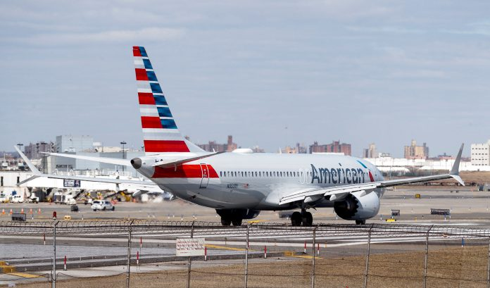 Un avión Boeing 737 MAX 8 de American Airlines se dispone a despegar en el aeropuerto de LaGuardia, en Nueva York.