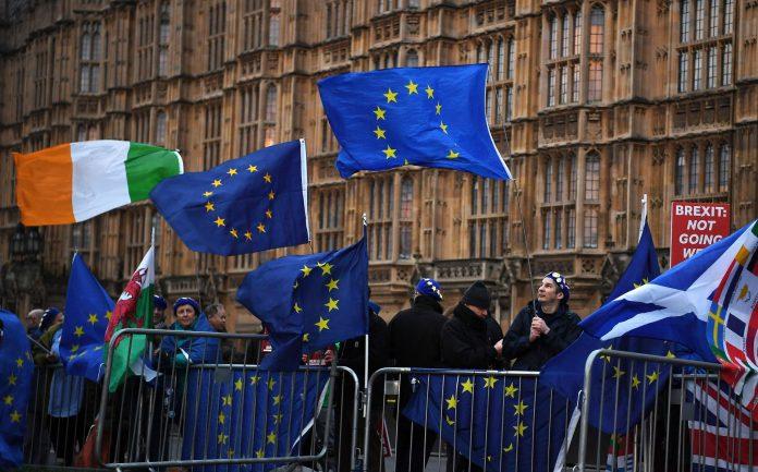 Manifestantes a favor de la permanencia en Europa se manifiestan este miércoles a las afueras del parlamento.