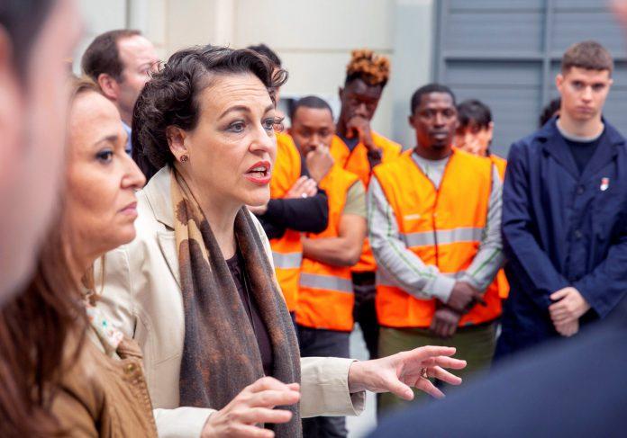 La ministra de Trabajo, Migraciones y Seguridad Social, Magdalena Valerio, durante su visita al CIFPA en Zaragoza.
