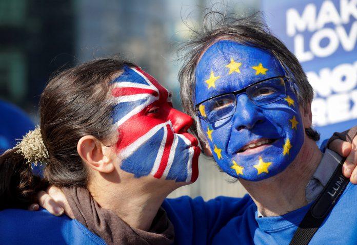 Dos activistas participan en una manifestación contra el brexit y a favor de un nuevo referéndum, ayer en Bruselas.