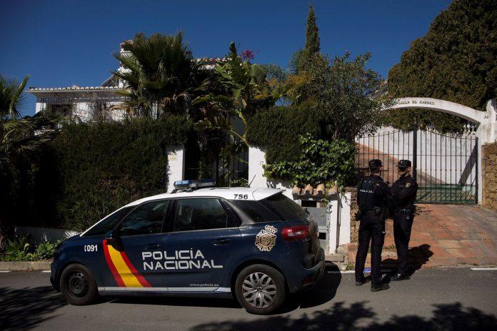 Dos agentes de policía custodian la casa donde un hombre de 55 años asesinó a su mujer en Estepona.