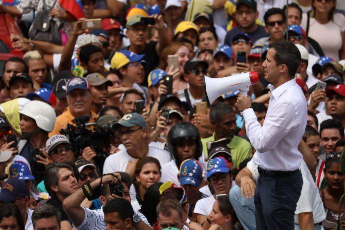 """El presidente """"encargado"""", Juan Guaidó, se dirige a sus simpatizantes durante la manifestación de ayer en Caracas.."""
