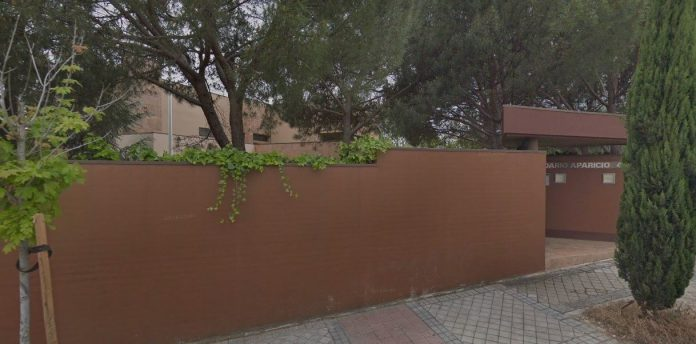 Entrada al edificio que alberga la embajada de Corea del Norte en el barrio de Aravaca, en Madrid