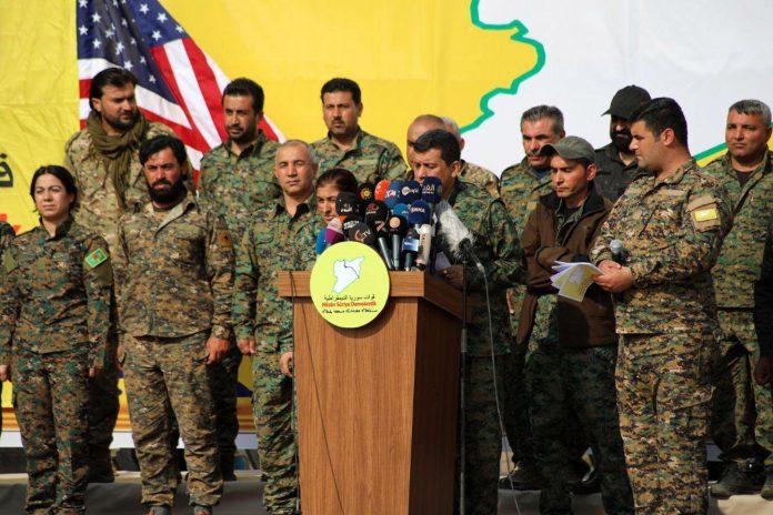 Las principales autoridades militares de las Fuerzas Democráticas Sirias ofrecen una rueda de prensa.