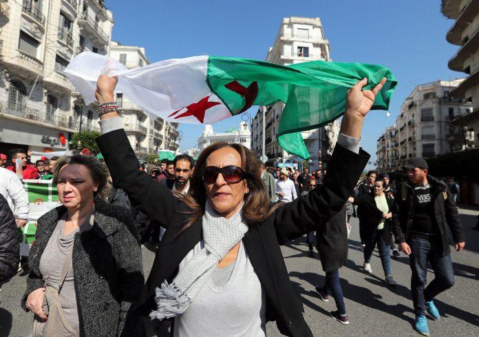 Manifestantes recorren las calles de Argel en contra de Buteflika.