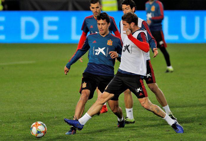 Los jugadores de la Selección Rodrigo Hernández y Sergio Ramos realizan varios ejercicios en el entrenamiento.
