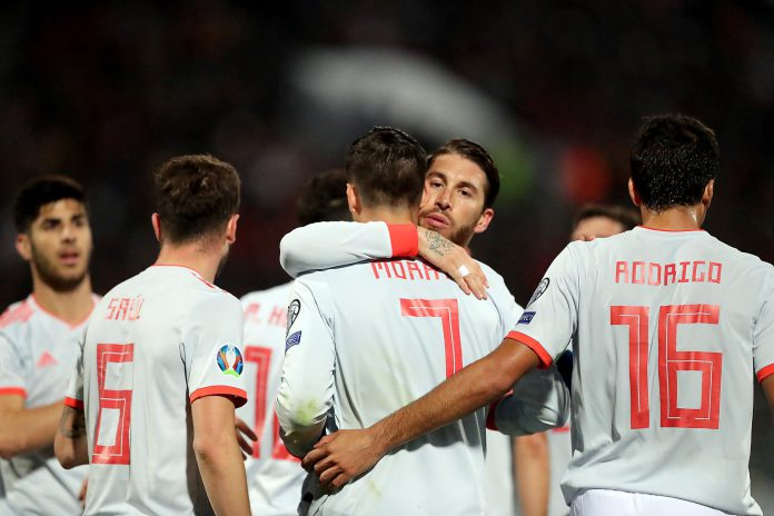 Sergio Ramos felicita a Morata después de anotar el primer gol en la cómoda victoria de España ante Malta, en la segunda jornada de la fase de clasificación para la Eurocopa 2020