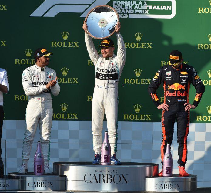 El piloto finlandés Valtteri Bottas celebra el título junto al británico Lewis Hamilton y el holandés Max Verstappen.