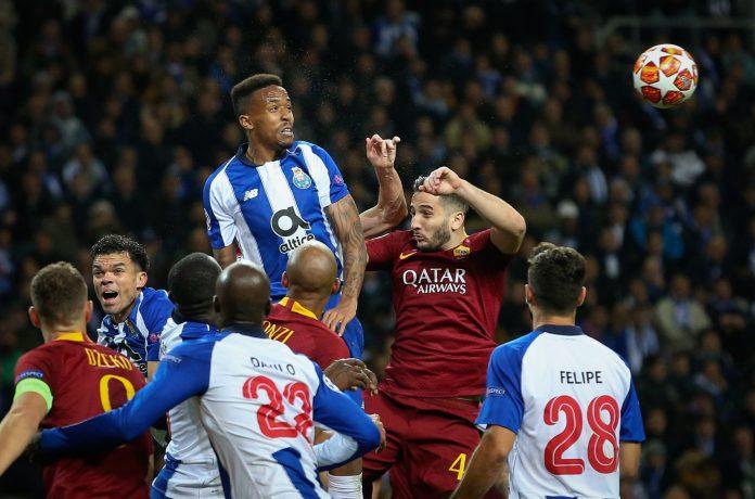 Militao disputa un balón ante Kostas Manolas en el Oporto-Roma de octavos de final de la Champions.