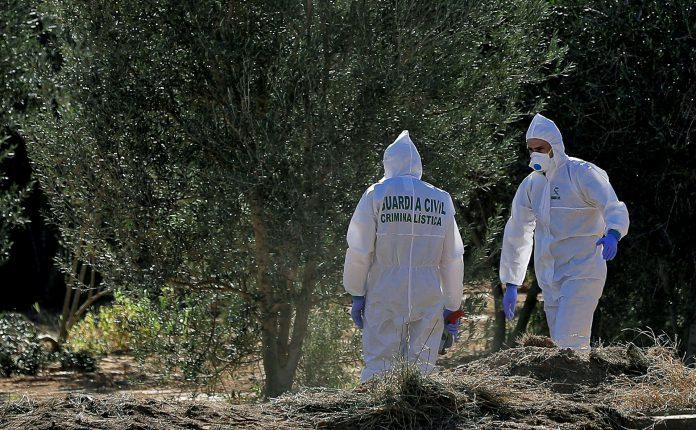 Dos agentes de la Guardia Civil trabajan en el lugar donde de la muerte de los dos niños de Godella.