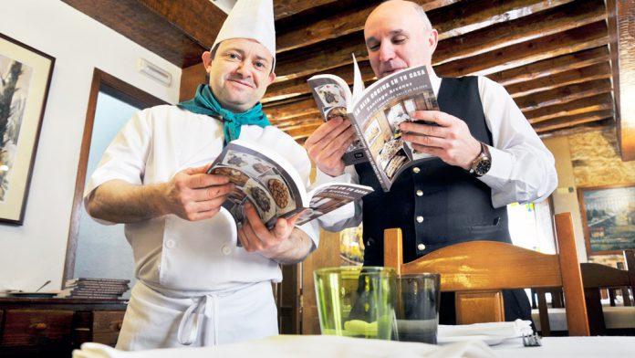 """Santiago Arcones, cocinero desde hace 32 años, presenta ahora orgulloso su publicación culinaria, que incluye un total de 138 recetas """"fáciles y distintas""""."""