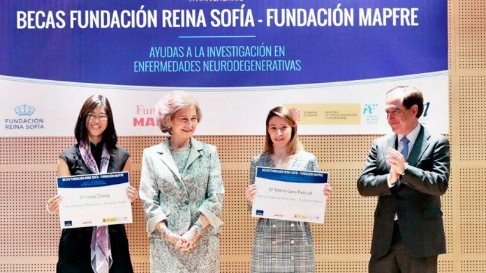 Marta Garo, segunda por la derecha, junto a la Reina Doña Sofía, con su flamante beca./ E.A.
