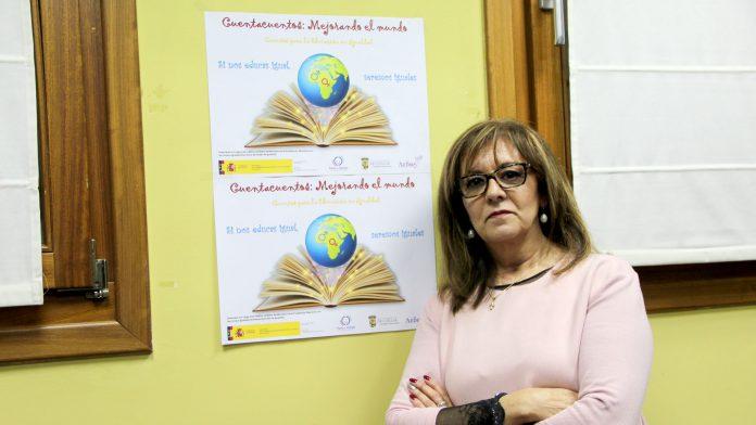 Montserrat Rodrigo presentando la actividad de cuentacuentos.