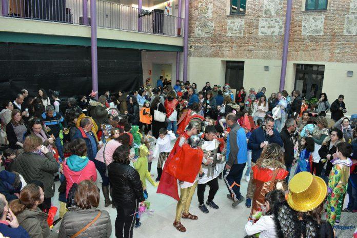 Comparsas y vecinos disfrutan de la fiesta en la Casa de la Cultura. / Francisco José Sánchez Viraz