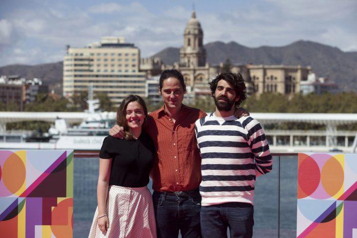Carlos Marques-Marcet(c) con los protagonistas de 'Los días que vendrán'.