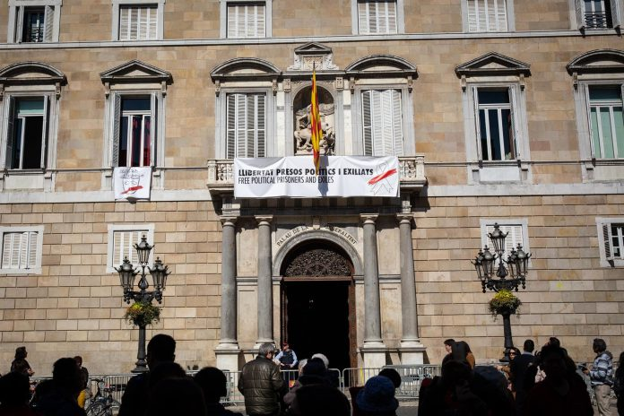 La pancarta del Palacio de la Generalitat luce una nueva pancarta en la que el lazo amarillo da paso a uno blanco.