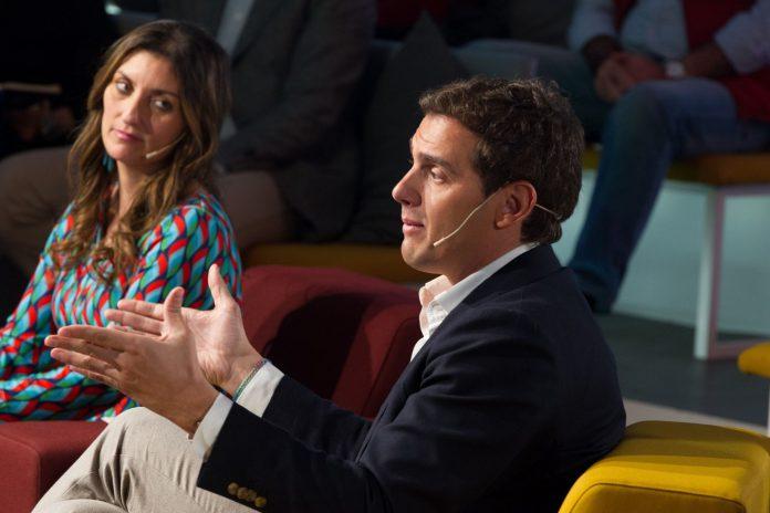 Albert Rivera junto a Sara Giménez, la dirigente de Secretariado Gitano que concurrirá a las elecciones generales en las listas de Cs.