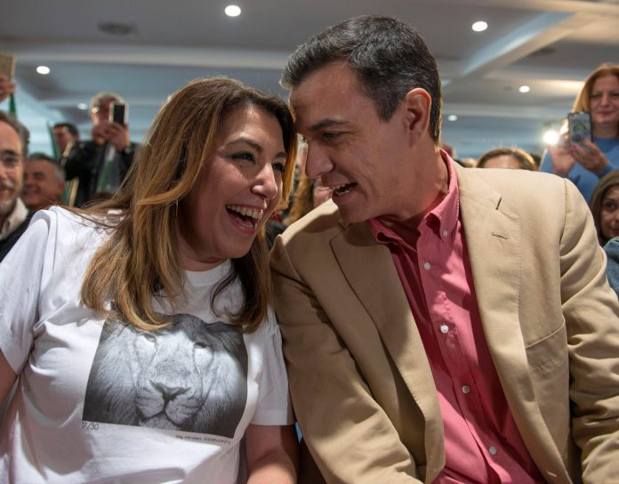 Pedro Sánchez conversa con la líder de los socialistas andaluces, Susana Díaz, durante un acto de partido en Jaén.