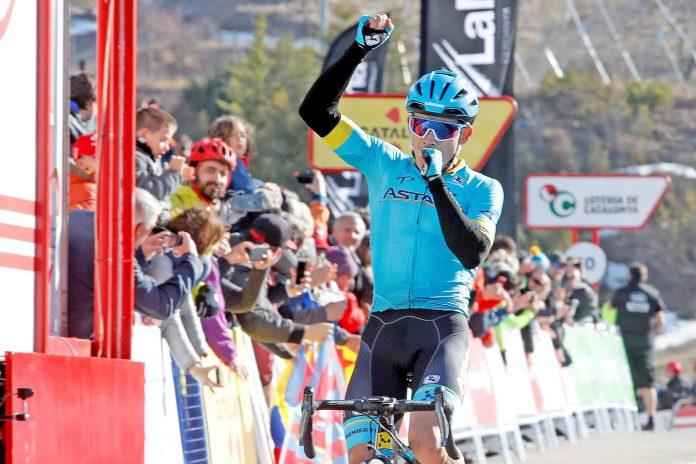 Miguel Ángel López celebra su victoria en La Molina.