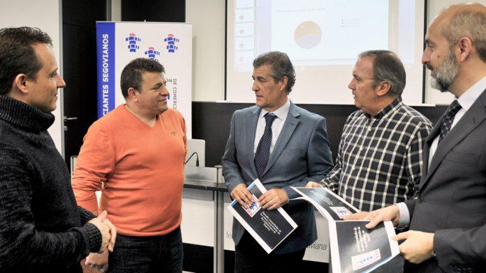 Integrantes de la Agrupación de Comerciantes de Segovia, con el presidente en el centro, antes de la rueda de prensa en la sede de la FES. / kamarero