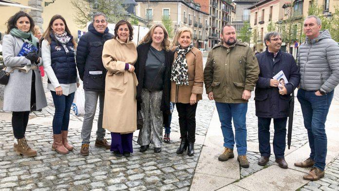 Varios integrantes del Partido Popular de Segovia acompañados por Cristina Ayala en El Real Sitio de San Ildefonso.