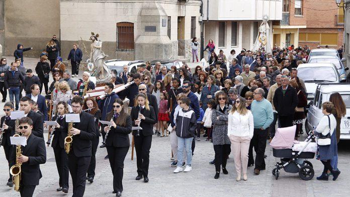 El buen tiempo acompañó durante toda la procesión a las imágenes de la Virgen del Rocío y el Cristo Resucitado.