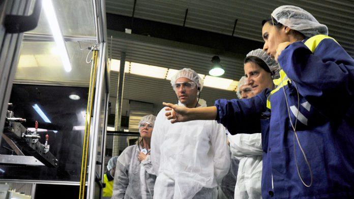 Ana Agudíez, Samuel Alonso, José Luis Aceves y Teresa Ribera ayer en la visita a la fábrica Verescence.