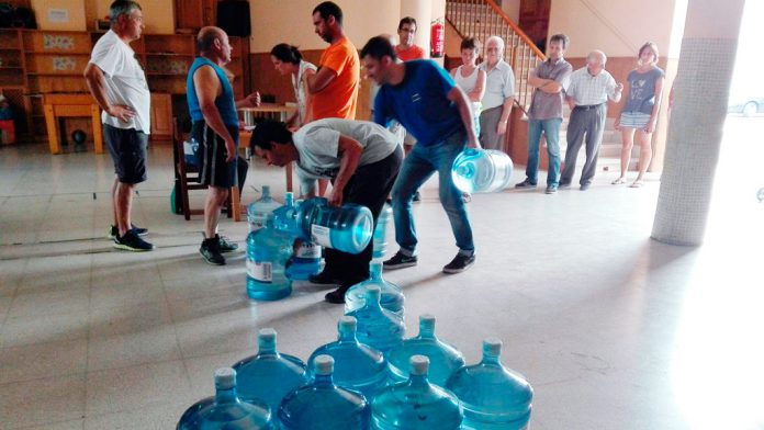 Cabezuela también ha sido abastecida con agua embotellada. / F.D.