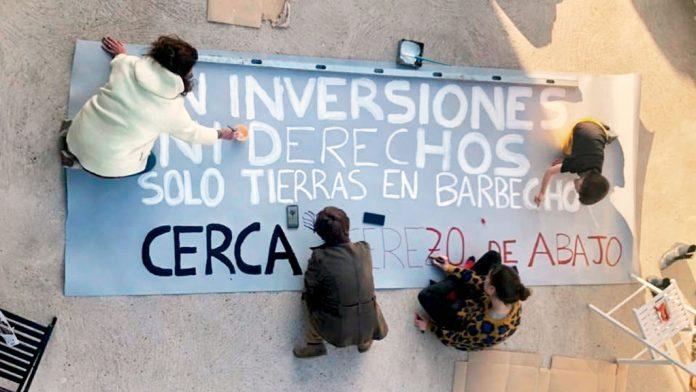 Integrantes del colectivo elaborando una pancarta reivindicativa. / el adelantado