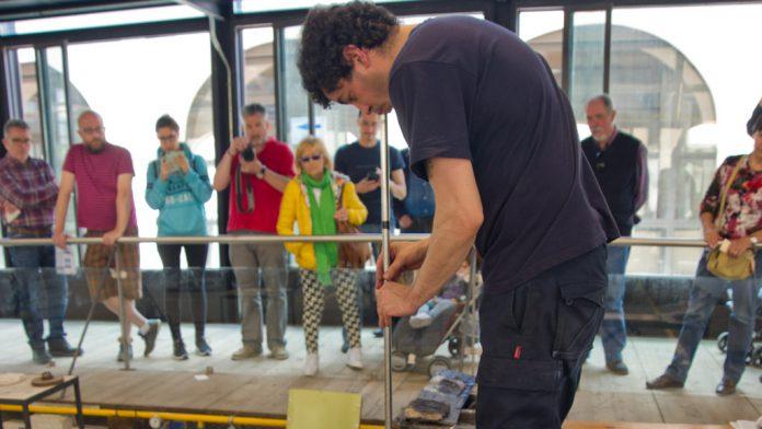 Un maestro vidriero trabajando la técnica en La Granja. / kamarero
