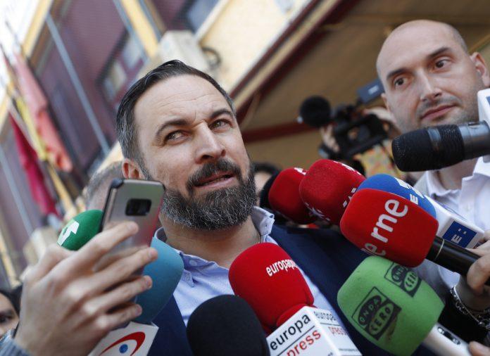 El presidente de VOX, Santiago Abascal, contesta a las preguntas de los medios de comunicación.