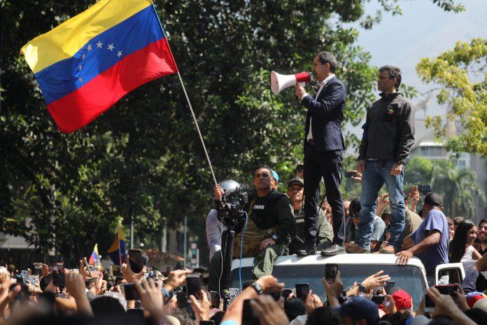 El presidente de la Asamblea Nacional, Juan Guaidó (izq), y el líder opositor Leopoldo López, en la manifestación.