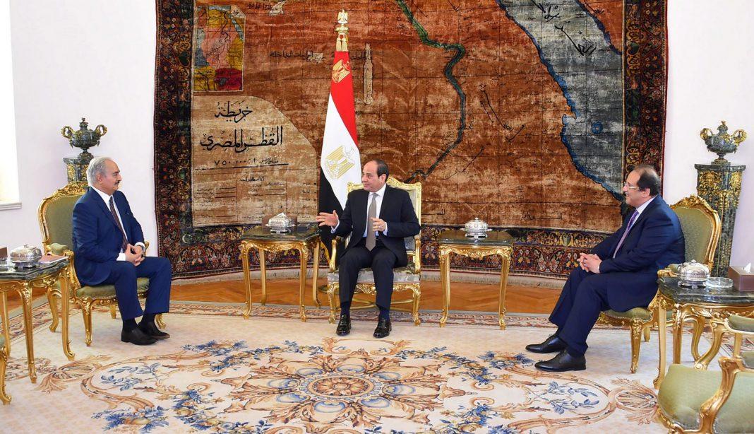 Imagen de la reunión mantenida ayer entre el general Haftar (i) y el presidente egipcio, Abdelfatah al Sisi (c).