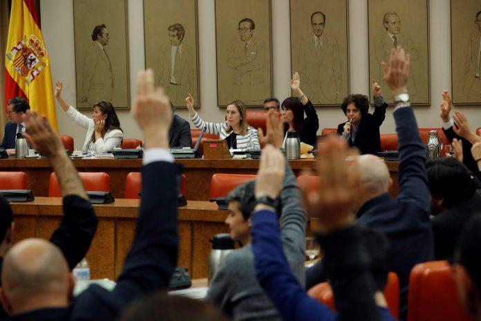Algunos de los parlamentarios durante una de las votaciones de la Diputación Permanente en el Congreso.