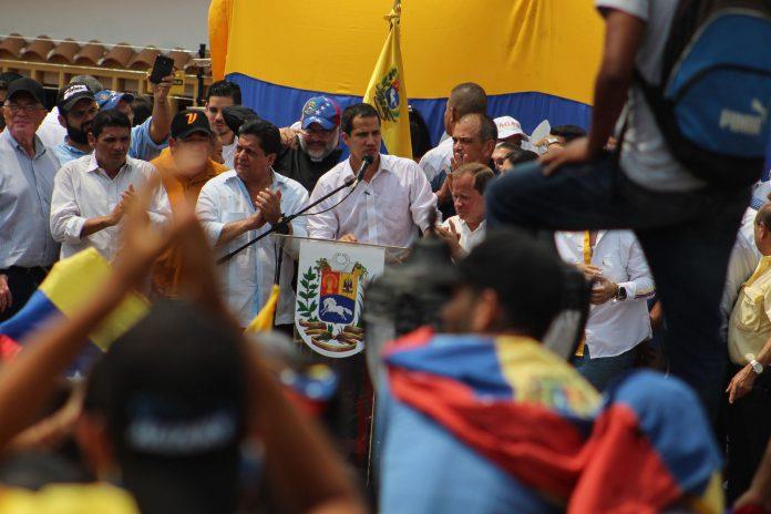 Juan Guaidó habla a sus seguidores el sábado durante un acto en Villa del Rosario, en el estado de Zulia.