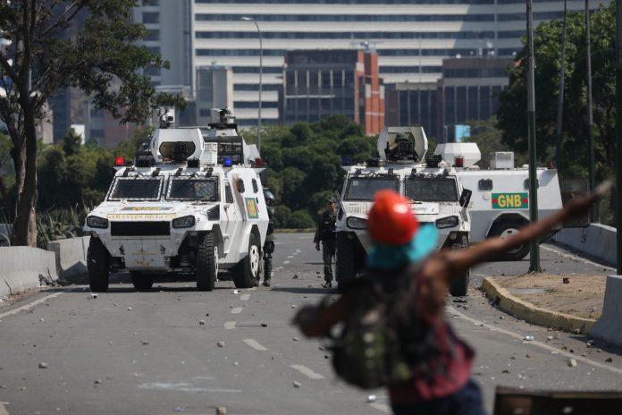 La Guardia Nacional Bolivariana intenta controlar a los manifestantes.
