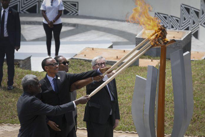 El presidente Paul Kagame y la primera dama Jeannette Kagame (c), con Jean-Claude Juncker (d) y Moussa Faki (i) encienden la llama de recuerdo de las víctimas.
