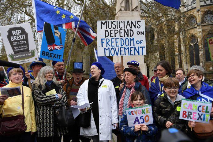 Activistas proeuropeos protestan ante el parlamento de Reino Unido, en Londres.