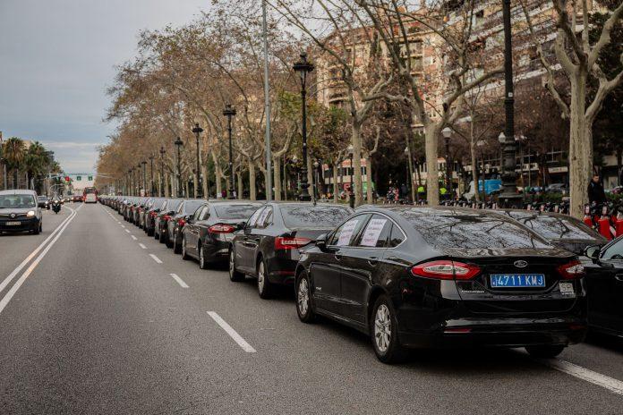 Concentración de VTCs en la avenida Diagonal de Barcelona.