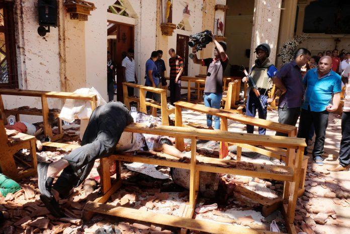 1. La policía inspecciona la iglesia de San Sebastián tras la explosión, en Colombo
