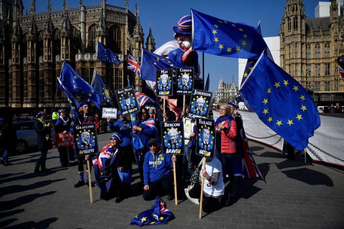 Manifestantes anti-brexit se manifiestan a las puertas de Westminster.