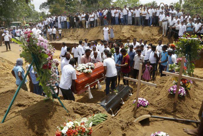 Familiares y amigos entierra a algunas de las más de 300 víctimas que se cobró el atentado en Sri Lanka.
