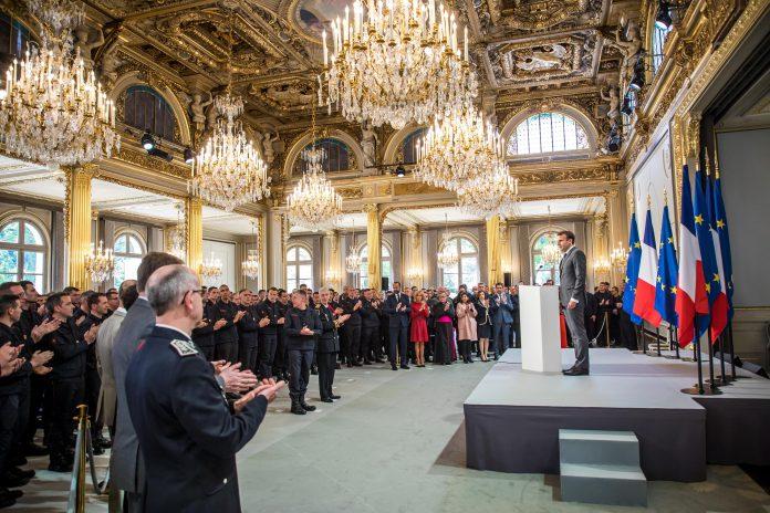 El presidente francés, Emmanuel Macron, ofrece un discurso ante los bomberos que sofocaron el incendio.