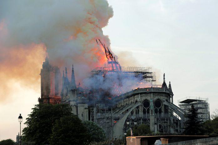 El humo del incendio fue visible a varios kilómetros de la catedral de Notre Dame.