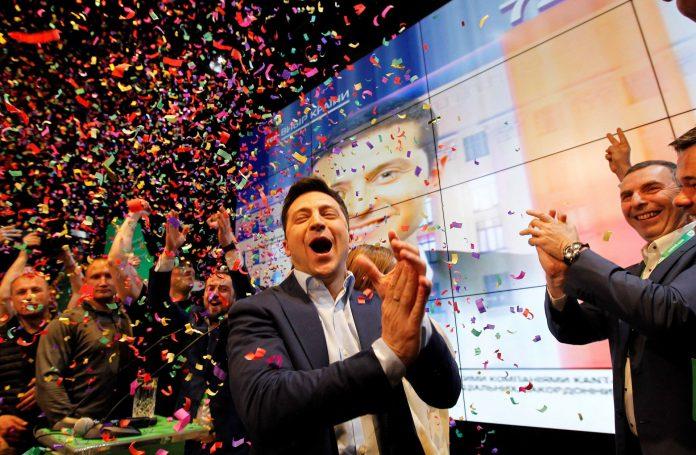 El actor, humorista y candidato presidencial ucraniano, Volodímir Zelenski, celebra la victoria de las elecciones.