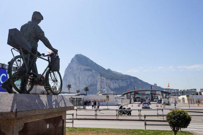 Vista de la frontera de España con Gibraltar con el peñón al fondo.