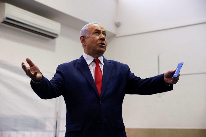 El primer ministro israelí, Benjamin Netanyahu, ejerce su derecho al voto.