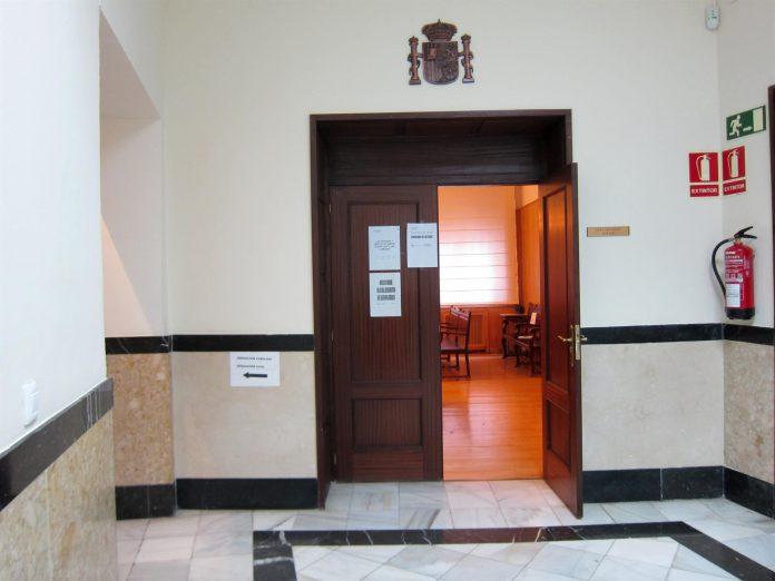 El procesado se compromete a resarcir a la víctima en la cantidad de 7.000 euros por distintos conceptos.