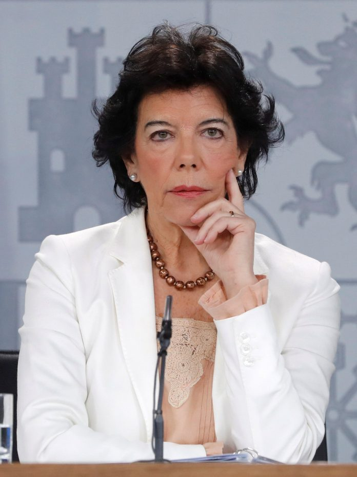 La portavoz del Gobierno y ministra de Educación, Isabel Celaá, en la rueda de prensa del Consejo de Ministros.